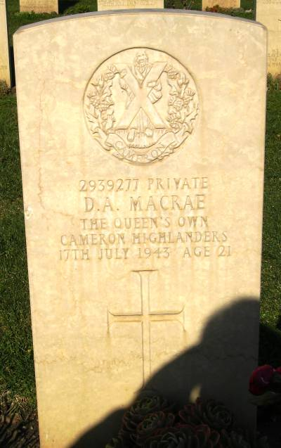 Headstone of 2939277 Pte. D.A. MacRae. Queens Own Cameron Highlanders