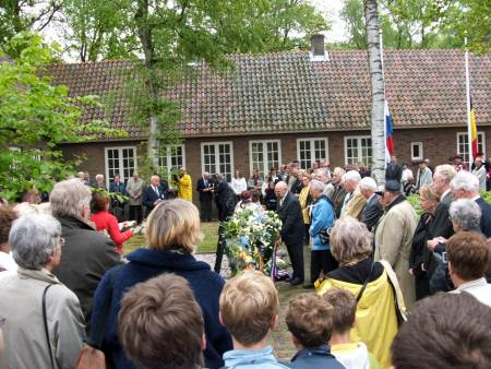Wreaths being laid in garden of ashes, Kamp Vught