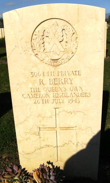 Headstone of 3064411 Pte. R. Berry. Queens Own Cameron Highlanders