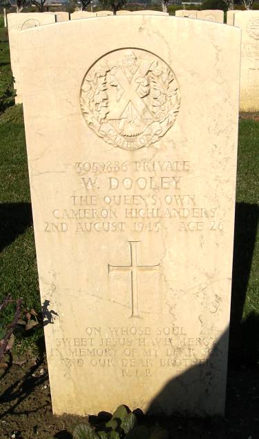 Headstone of 3059886 Pte. W. Dooley. Queens Own Cameron Highlanders